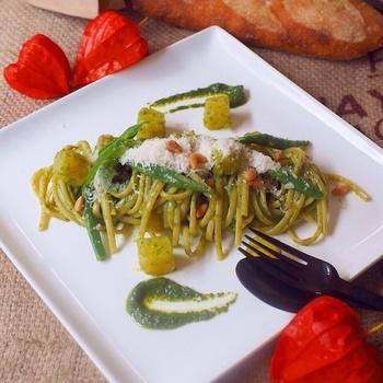 緑の料理は、サラダなどの副菜系だけではありません。こちらのようなジェノベーゼパスタを作れば、緑のメイン料理として出すことができます。バジルの葉からジェノベーゼソースを作る本格パスタレシピ。特別な日こそ、手のこったパスタ料理を作るのもいいでしょう。