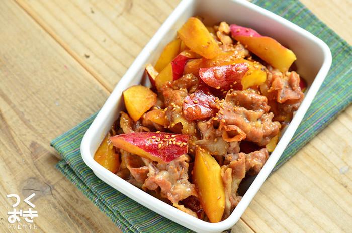 お肉とさつまいもの「つくりおき」のおかずがあれば、手早くボリュームいっぱいのお弁当が作れます。さつまいもは赤色と黄色なので緑色のマリネなどの副菜を添えるといいですね。