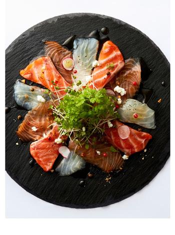 ダークトーンの食器は、どうしても食卓が暗くなるイメージがあるかもしれませんが、実は食材や料理の輪郭をクッキリと際立たせ、より鮮やかに演出する効果があるのです。