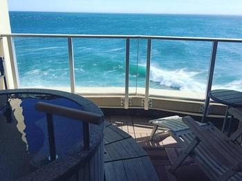 リラックスして海の眺めを独り占めできます。柵がありますが、あふれるお湯と海原が溶け合ってインフィニティ気分。
