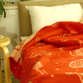 「ミナ・ペルホネン」の皆川明さんがデザインした、めずらしいキノコ柄のブランケット。あたたかみのある赤にひとつひとつ個性的なキノコが並んでおり、ベットに広げて使うとお部屋のアクセントにもなります。