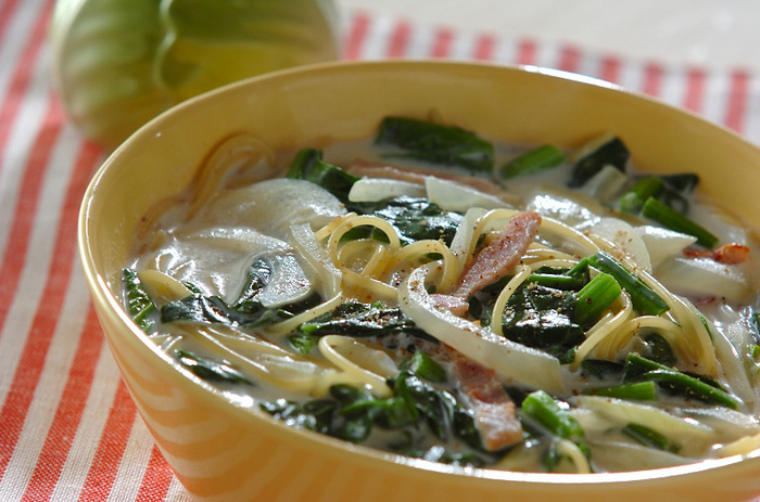 4分茹でのサラダ用パスタを使ったワンポットパスタ。寒い季節はスープも一緒だとちょっぴり嬉しいですよね。