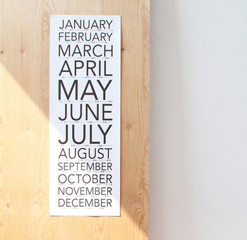 一見カレンダーかどうか見分けがつかない、インテリアポスターのようなポーカーフェイスなデザインです。