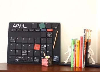 黒板タイプの万年カレンダー。チョークペンシルを使えば手も汚れず、細い文字も書きやすいです。 カフェのような雰囲気を楽しめます♪