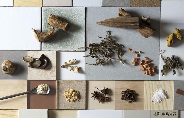 他にも、芳香と苦みがある唐木香、モクレン科の木の実で香辛料の「八角」としても知られる大茴香や、辛く刺激の強い香りが特徴の香辛料である丁字、クスノキ科の常緑樹高木の樹皮を乾燥させたシナモンの名で親しまれている桂皮、墨の香りとしても有名な龍脳など、多くの天然香料を使用して作られています。