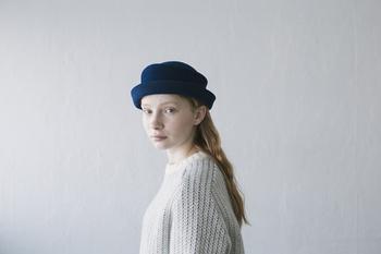 マニッシュな気分の日は、すこしタイトなかぶり方も◎ 同じ帽子でもこれだけ印象が違います。