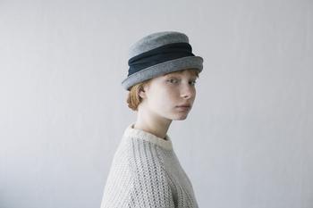 2パターンのかぶり方を楽しめる帽子。 シックな雰囲気の中にリボンで女らしさをプラス。