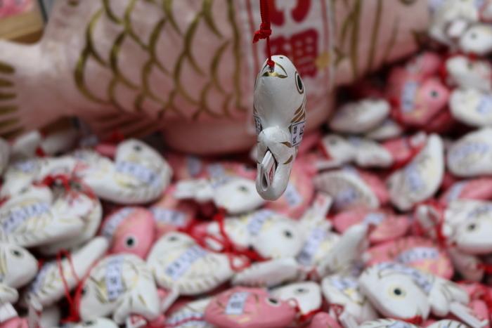 埼玉県の川越市にある「氷川神社」は、縁結びで知られる神社。「あい鯛みくじ」は、釣り竿で釣り上げると、しっぽのところにおみくじが。とっても可愛いんです。ちなみに、縁結びとは男女の恋愛だけでなく、家族や友人、仕事などすべての縁のことをいうそうですよ。