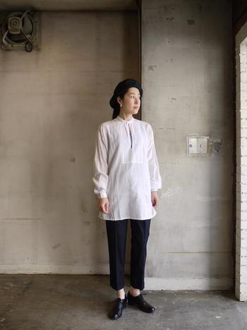 1年中着まわせるシーズンレスでシンプルな白シャツ。時間と共に美しさを増す、ハンドメイドならではのクオリティを生み出す「Khadhi and Co(カディ・アンド・コー)」社の質の高いアイテムです。