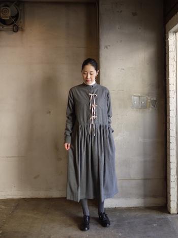 コットン100%の上質生地のタックドレス。デザイナー中川綾がロンドンで展開している「colenimo」による、こだわりの詰まったデザインの逸品です。