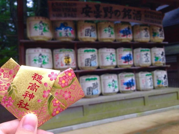 「穂高神社」は、穂高の神様を祀った古社で、日本で3番目に高い穂高岳を背にするスケールの大きな立地が特徴の神社です。開運の神社でパワースポットとしても有名。一言守入りの「女みくじ」は、優雅で美しいおみくじです。