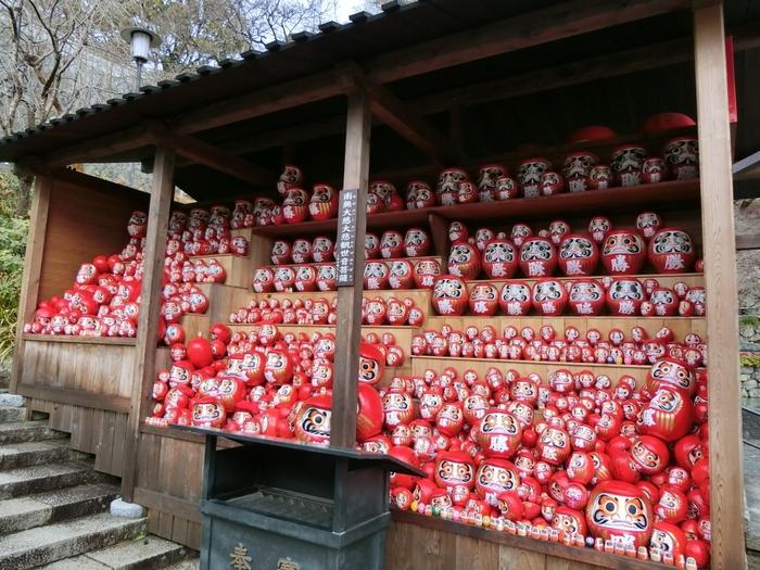 1300年前から勝運の寺として信仰される大阪・箕面市の「勝尾寺(かつおじ)」。勝ちだるまの寺とも呼ばれ、箕面国定公園の中にあります。境内のいたるところにだるまがあり、「だるまみくじ」も有名。おみくじが入っていただるまは、お土産として持ち帰る方も多いです。