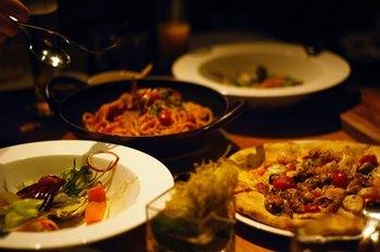 いかがでしたか?風土の違いや背景を知ると、料理を作るのも食べるのも、さらに楽しさが増します。地域ごとの生活や歴史に思いを馳せながら、色々なイタリア料理を作って、じっくり味わってみてくださいね。