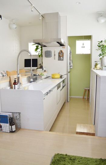キッチンに続くパントリーの一面を清々しいグリーンのクロスに。パントリーと聞くだけでは、ただの収納箇所ですが、こんな風にクロスで遊べば、わくわくする空間に。奥まった空間でも明るく見えますね。