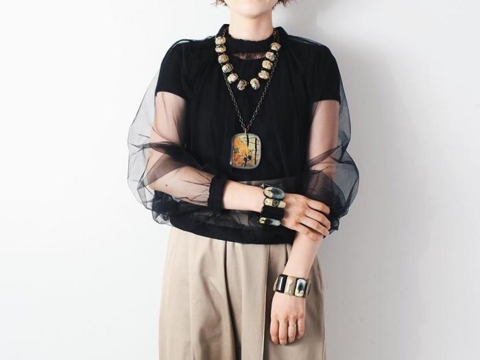 これ一つでコーディネートの主役になるようなボリューム感。シックな色味でシンプルな服にも合わせられるデザイン性に優れたアイテムです。
