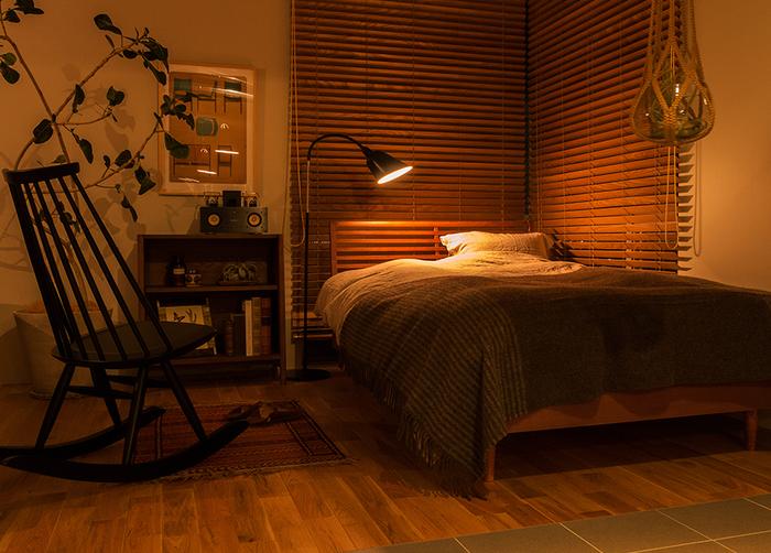 寝室には昼白色ではなく、温かみのある優しい灯りが似合います。電球の種類にこだわって光のニュアンスを変えたりと、自分が落ち着く照明をコーディネートしてリラックス空間をつくりましょう。
