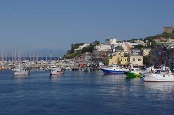 イタリア南部には、歴史的な遺跡が多く残るイタリア最大の都市「ナポリ」や、イタリア半島のつま先部分で三方を海に囲まれた地中海の島「シチリア島」があります。