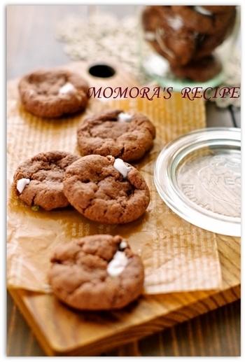 ホットケーキミックスを使って手軽に作れる、サクサク&プニプニ食感が楽しいクッキー。マシュマロがあちこち顔を出す、可愛らしい雰囲気のクッキーは、バレンタインの贈り物にも良さそう!