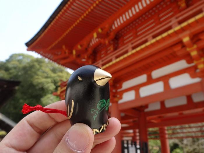 上賀茂神社のおみくじは、もうひとつあり、そのモチーフは神の使い八咫烏。参拝者の将来を良い方向へ導いてくれるそうですよ。