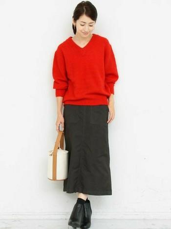 ゆったりしたサイズ感のVネックセーターは、先程のタイトな身幅とは対照的に、細身のボックスタイプのロングスカートを合わせてスッキリと着こなしています。