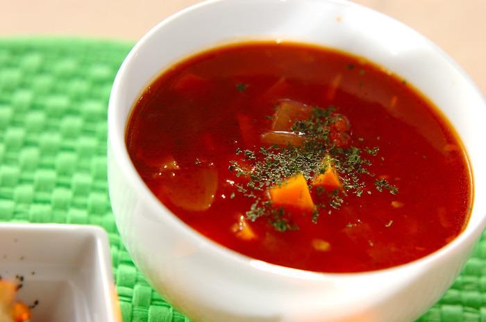 冷蔵庫の整理にもってこいのミネストローネ。レシピにはないけど、キャベツやジャガイモ、大根やキノコ類もOKの万能スープです。ベーコンと野菜をじっくり炒めて美味しさをひきだすのがポイントです。