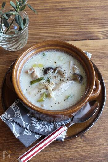 ヘルシーな豆乳&生姜で身体ポカポカ、女性に嬉しいホワイトスープのレシピです。鶏肉とキノコのうま味がくせになる美味しさ。