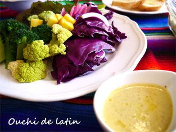 アンチョビとニンニク、オリーブオイルがベースのソースに生クリームや牛乳を加えてマイルドに。野菜はお好みのもので大丈夫ですが、明るい色を選ぶと食卓が華やかになりますね。