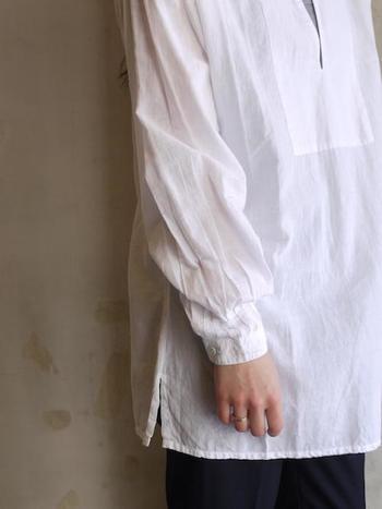 インドの伝統的織物カディーを使用して手織りされており、柔らかな肌触りはやみつきになるほど。袖口の細かいタックは手が込んでいて、様々なスタイルに馴染みます。