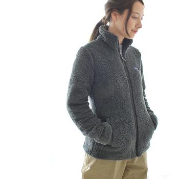 アメリカの老舗アウトドアブランド「patagonia(パタゴニア)」のボアジャケット。モコモコのフリースは肌触りが柔らかで着心地バツグンなだけでなく、可愛らしさもプラスしてくれます。首元をスッポリと包み込むスタンドアップカラーは、冷たい風をシャットアウトしてくれるのでマフラー要らず♪