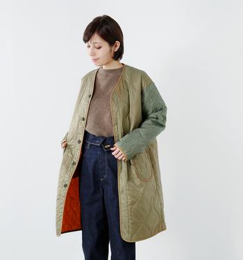 軽い着用感が魅力の、Vネックキルティングジャケット。持ち運びしやすく、カーディガンのように気軽に羽織ることができます。ゆったりとしたサイズ感ですが、薄手なので真冬はコートのインナーとしても活躍してくれます。