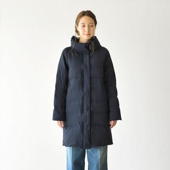 ダウンコートを女性らしい柔らかな雰囲気で着こなせる1枚。ダウンにありがちな着膨れ感は無く、綺麗なAラインシルエットを描きます。