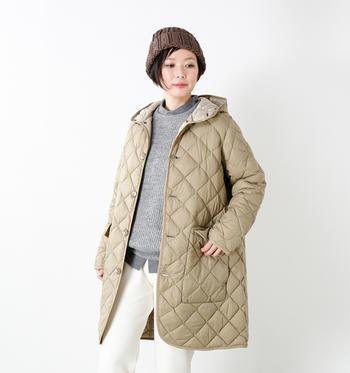 軽くてあたたかなダウンを、美しいキルティングでスリムかつスタイリッシュに仕上げたジャケット。しっかりと防寒しつつ、落ち着いた大人の着こなしが叶います。