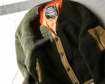 ミリタリーテイストのデザインをボア生地で優しい雰囲気に仕上げたジャケット。MIX感がオシャレで、これ1枚でシンプルコーデをセンスアップしてくれます。トレンドのビッグシルエットですが、コンパクトな着丈なので軽やかに着こなせます。袖幅もたっぷりとあるので重ね着にも対応してくれます。