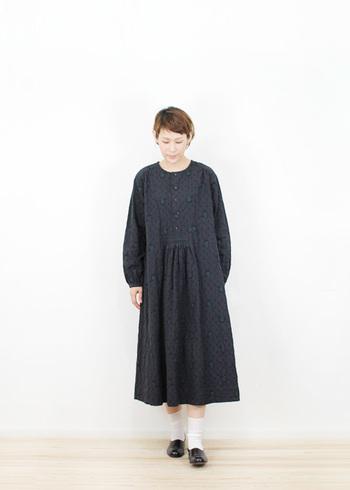 ゆったりとしたサイズ感で菱形のシボ感があるジャガードワンピース。1枚で着てもやや長めの丈感で、落ち着いた女性らしい雰囲気に。