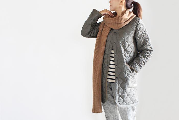 """ノーカラーのシンプルで上質なキルティングコート。すっきりとしたデザインなのでマフラーやストールをぐるぐる巻いても、もたつかず綺麗に決まります。表地は""""ポリエステル""""、裏地には""""フリース""""を使用した、軽いのにあたたかい仕上がりがうれしい。"""