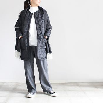 ヒップラインまですっぽりと覆ってくれる丈感。細身のパンツやスカートと合わせてもバランス良く着こなせます。カジュアルはもちろん、キレイめのスタイリングにも似合う使い勝手の良さが何よりの魅力です。
