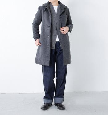 デイリーに使いやすく、かつ何年も着られるような頼れる1着。シンプルなスタンドカラーのコートは合わせる服を選ばず、マニッシュ・キレイめ・カジュアルなど幅広いコーデを楽しめます。すっきりとしたシルエットですが、中は意外と余裕があります。
