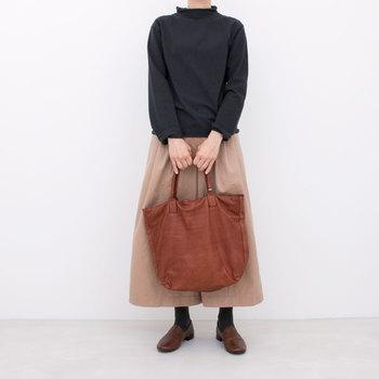 どこにでもあるようで、なかなかないやさしい質感のレザートートバッグ。革を二度染めするなど、手間をいとわず独特の質感を追求しています。使うごとに革の風合いが増すのも素敵ですね。