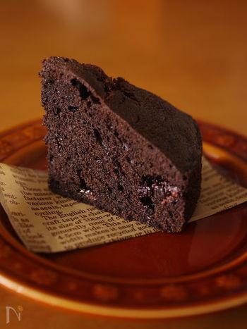 クリスマスやバレンタインにぴったりなチョコレートケーキ。パウンドケーキの材料で出来ちゃう手軽さが◎崩れにくく、常温保存も可能なので、およばれの時の一品にもおすすめです。 濃い目の色に仕上げたい時には、ココアパウダーの半量をブラックココアにするのがポイント!