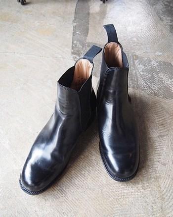 パーツのほとんどが天然素材で、伝統的なグッドイヤーウェルト製法を採用。最初こそ硬いものの、長く履いても型崩れしない質の高い一足。何度か履いていけば、自分の足にすっとなじむのがわかりますよ。