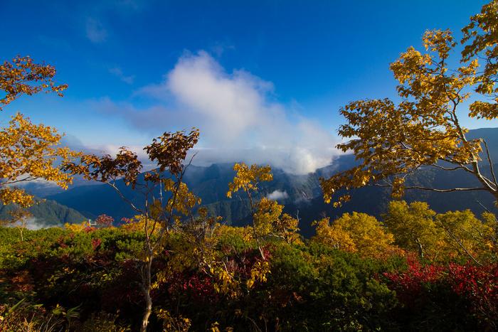 西部は中部山岳国立公園の山岳地帯であり、燕岳(画像)や常念岳などの山々があり、雄大な自然に囲まれています。四季折々の美しい光景が広がり、一年を通じて多くの観光客で賑わっている安曇野には、大王わさび農場、安曇野ちひろ美術館、碌山美術館、国営アルプスあづみの公園など、人気観光スポットも多く点在しており、見どころもいっぱい。