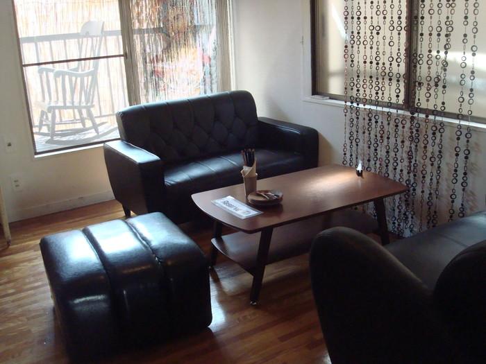 古民家をリノベーションしているので、家庭的な雰囲気がそのまま残っているんです。下北沢の街の賑わいから離れた静かな時間を過ごせるのも魅力。気分や好みでソファやテーブル席、お座敷などを選ぶことができます。