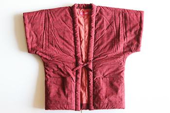 半袖タイプのはんてん「やっこ」は、宮田織物のオリジナルです。本来の綿入れはんてんは長袖ですが、家事などあれこれ用事を済ませる際には邪魔になってしまうことも。そこで半袖にすることで動きやすく、肩までの温かさを損ねない理想的な形に仕上げました。