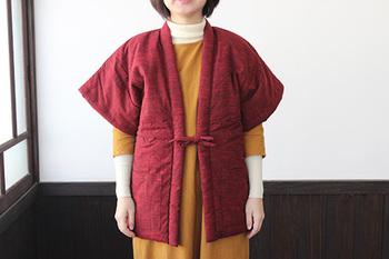 ぱっと羽織れて、活動的。冬の家事などには嬉しい一枚です。形もややすっきりと作られていて、どんなスタイルにも合わせやすくなっています。