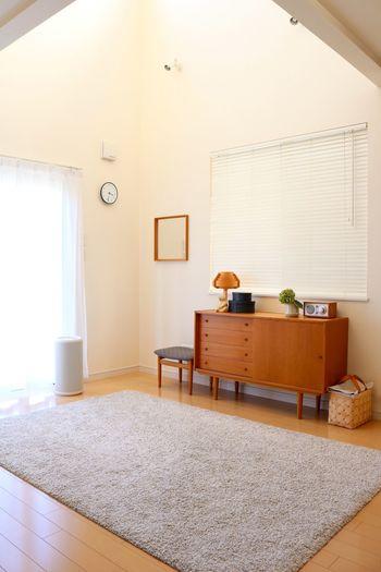 もともとソファがあった場所はフリースペースに。小さなお子さまがいらっしゃれば良い遊び場となり、後片付けも簡単そうです。洗濯物を畳むスペースとして、趣味を楽しむスペースとしても多目的に使えますね。