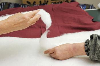 宮田織物のはんてんは、中わたが違います。使っているのは混紡わた(綿80%・ポリエステル20%)・綿100%わた・真わた(絹100%)の3種類。はんてんの厚みや体へのフィット感などの違いから選ぶことが出来ます。