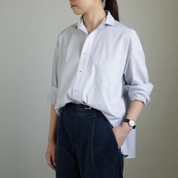 パリッとしたコットン100%素材のスクエアビッグシャツ。女性らしいラインにこだわった「ティッカ」が作り出す、普段使いでも着やすいカジュアルな1枚です。