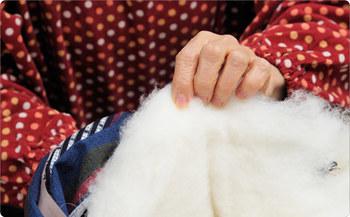 そんな宮田織物が昭和40年からこだわりを持って作り続けているのが、綿入れはんてんです。綿を入れ、閉じる作業はすべて手作業。着る人の着やすさ、温かさにこだわり続け、愛用者も多い正に伝統の防寒着です。
