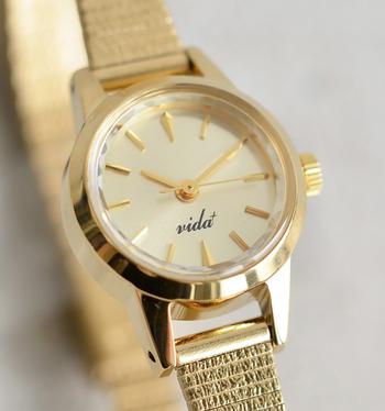 日本生まれの時計ブランド「ヴィーダプラス」よりゴールドカラーが特徴的な腕時計。 JAPANヴィンテージをテーマに、華やかで細みのデザインは、トレンドに左右されない長く愛用できるアイテムです。