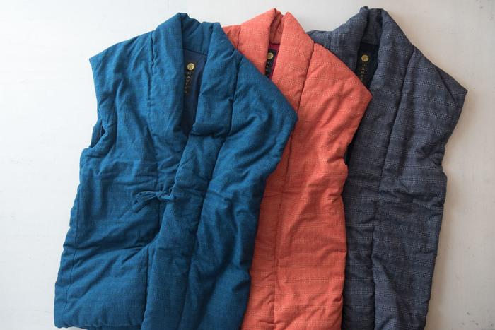 和木綿「泡雪」は消えてしまいそうな儚い泡雪の姿を、2色の糸を使った細やかな刺し子柄で表しています。動きやすい袖なしデザインは普段使いにぴったりですね。